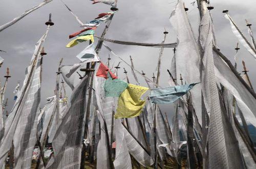 bhutan-luxury-trekking-como-uma-flags