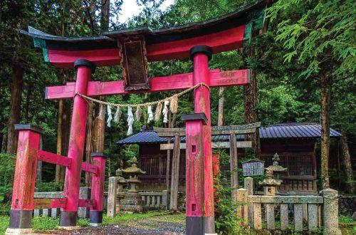 japan-walk-nakasendo-trail-walking-shrine